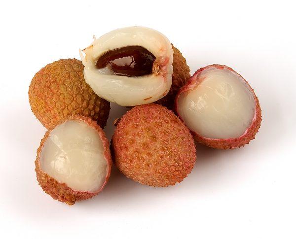 Varios frutos de Litchi con piel y sin piel
