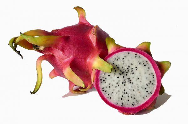 Fruta pitahaya cortada por la mitad