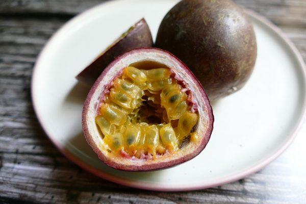 Fruta de la pasión cortada por la mitad